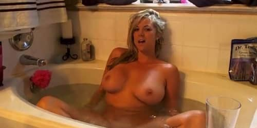Madura se graba masturbándose en la bañera