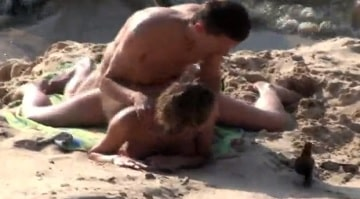 Cámara espía pilla una follada en medio de la playa