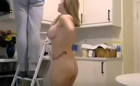 El vecino va a ayudarla a su casa y se la acaba follando