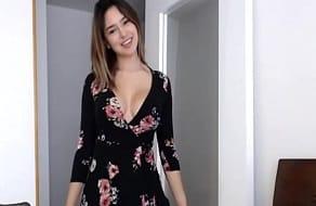 Se va quitando el vestido nuevo que se ha comprado en un striptease